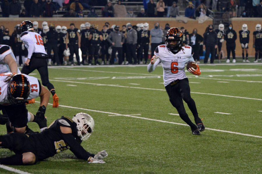 Senior running back Demarco Roberts, #6, runs the ball to the outside against Wichita Falls Rider on Jan. 8.